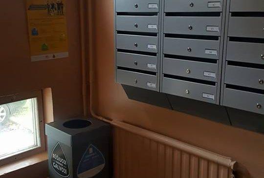 Daugiabučių laiptines pasiekė popieriaus rūšiavimo dėžės.